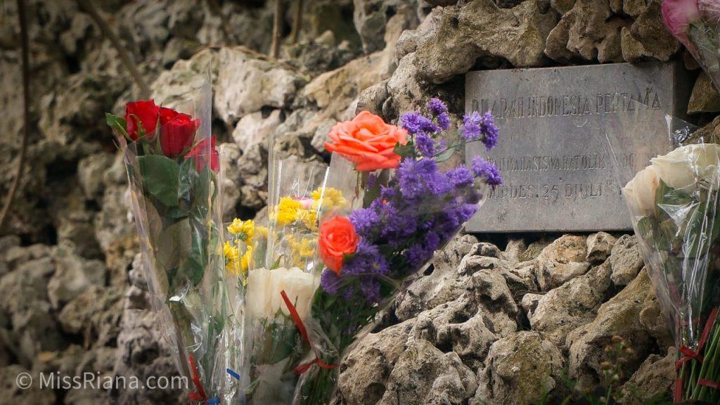 Tak sedikit peziarah yang meletakkan bunga di depan Gua Maria (Dok. Riana Dewie)