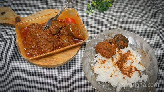 Menikmati Rendang Daging Sapi dan Paru dengan nasi putih panas